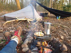 genieten bij een vuurtje met pizza en koffie